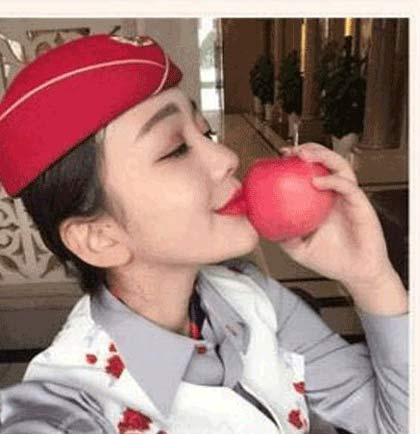 فروش سیب که دختران زیبا آنرا بوسیده اند +عکس