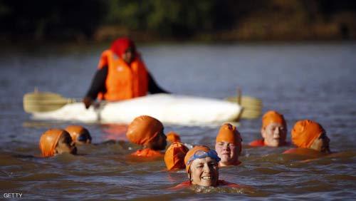 اخبار جدید شنا کردن خانم سفیر پس از باخت در شرط بندی + عکس